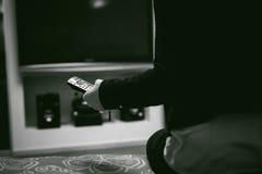 Dziewczyna w domowym środowisku, trzyma TV daleki Fotografia Royalty Free