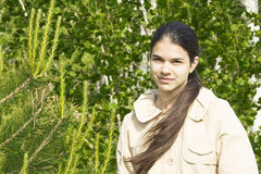 Dziewczyna w drewnach. Zdjęcia Stock
