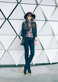 Dziewczyna w eleganckim kapeluszu na miasto ulicie czarnooki twarzy seksowna kobieta stylowa mody Zdjęcia Royalty Free