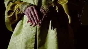 Dziewczyna w eleganckim stroju iść naprzód z jego rękami składać przed on Chodzi przez ciemnego pokoju zbiory