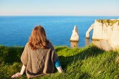 Dziewczyna w Etretat, siedzi na górze wzgórza Fotografia Stock