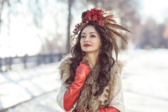 Dziewczyna w futerkach i czerwieni ubraniach Zima Fotografia Stock
