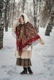 Dziewczyna w futerkowym żakiecie na spacerze w parkowym i cieszyć się zima dzień obrazy royalty free