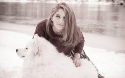Dziewczyna z samoed psem Obrazy Stock