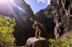 Dziewczyna w górach Zdjęcia Royalty Free