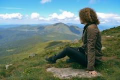 Dziewczyna w górach Carpathians, odpoczynkowy i patrzejący w dist Obraz Royalty Free