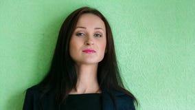 Dziewczyna w garniturze przy ścianą zdjęcie wideo