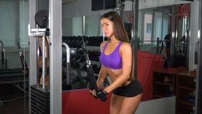 Dziewczyna w gym swobodny ruch zdjęcie wideo