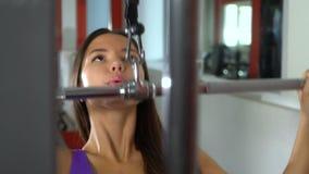 Dziewczyna w gym swobodny ruch zbiory wideo