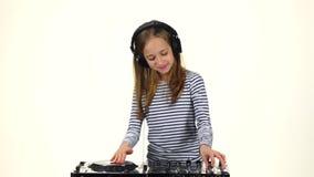 Dziewczyna w hełmofon sztukach dla konsoli biały tło, zwolnione tempo zbiory