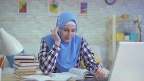 Dziewczyna w hijab, surowy migrena spazm, studencka żeńska edukacja zbiory