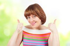 Dziewczyna w jaskrawej koszulce pokazuje aprobaty Obrazy Royalty Free
