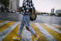 Dziewczyna w jaskrawych żółtych sneakers fotografia royalty free