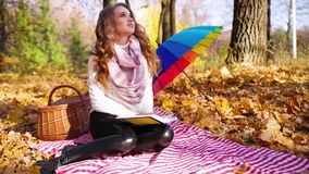 Dziewczyna w jesień lesie zdjęcie wideo