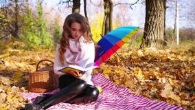Dziewczyna w jesień lesie zbiory