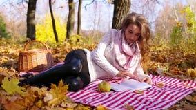 Dziewczyna w jesień lesie zbiory wideo