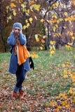Dziewczyna w jesień parku Zdjęcie Royalty Free