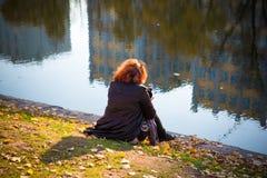 dziewczyna w jesień parku blisko wody zdjęcia royalty free