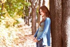 Dziewczyna w jesień parku Zdjęcia Royalty Free