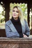 Dziewczyna w jesiennym parku fotografia stock