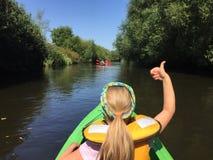 Dziewczyna w kajaku na Wieprz rzece, Polska Zdjęcie Royalty Free
