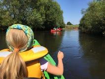 Dziewczyna w kajaku na Wieprz rzece, Polska Obraz Stock