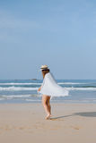 Dziewczyna w kapeluszu chodzi na plaży Zdjęcia Stock