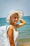 Dziewczyna w kapeluszu na plaży. Obraz Royalty Free