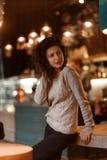 Dziewczyna w kawiarni obrazy stock