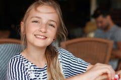 Dziewczyna w kawiarni zdjęcia stock