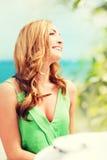 Dziewczyna w kawiarni na plaży Zdjęcie Royalty Free