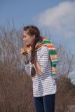 Dziewczyna w kolorowym szaliku Obrazy Royalty Free