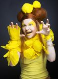 Dziewczyna w kolorze żółtym. Fotografia Stock