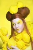 Dziewczyna w kolorze żółtym. Obraz Stock