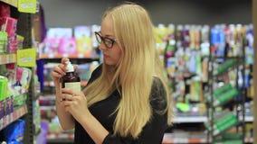 Dziewczyna w kosmetykach wydziałowych zbiory wideo