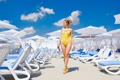 Dziewczyna w kostiumu kąpielowym basenem w lata słońca odpoczynku Fotografia Stock