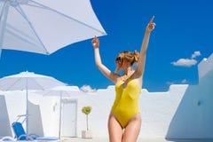 Dziewczyna w kostiumu kąpielowym basenem w lata słońca odpoczynku Zdjęcia Stock