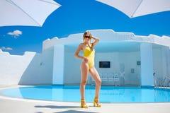 Dziewczyna w kostiumu kąpielowym basenem w lata słońca odpoczynku Zdjęcia Royalty Free