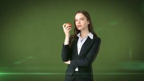 Dziewczyna w kostiumu trzyma jaskrawego wibrującego jabłka w ręce, symbolizujący nowych pomysły i świeżego styl życia w biurze po Zdjęcia Stock