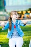 Dziewczyna w koszulce z kierowymi ćwiczeń ramionami zdjęcia royalty free
