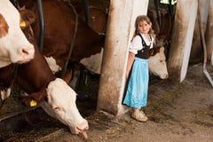 Dziewczyna w krowy stajence fotografia royalty free