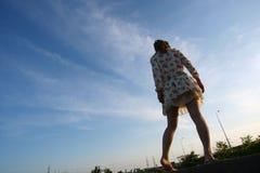Dziewczyna w kwiecistej sukni Obrazy Stock