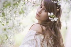 Dziewczyna w kwitnącym ogródzie Fotografia Royalty Free