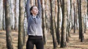 Dziewczyna w lasowych brunetki praktyki ćwiczeniach na ścieżce swobodny ruch