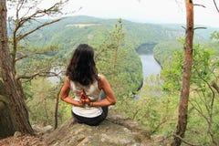 Dziewczyna w lasowym dopatrywaniu rzeczny Vltava od Vyhlidka Maj obrazy stock