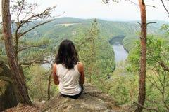 Dziewczyna w lasowym dopatrywaniu rzeczny Vltava od Vyhlidka Maj obrazy royalty free