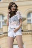 Dziewczyna w lato mody plenerowym krótkopędzie Obrazy Royalty Free