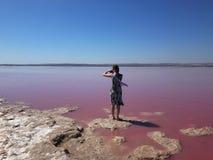Dziewczyna w lekkim sukni i jedwabiu szaliku fotografuje różowego jezioro Torrevieja, Hiszpania obraz royalty free