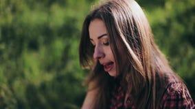 Dziewczyna w lesie bawić się syntetyka i śpiewa zbiory