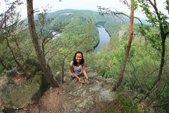 Dziewczyna w lesie widokiem na rzecznym Vltava, Vyhlidka Maj - zdjęcia royalty free